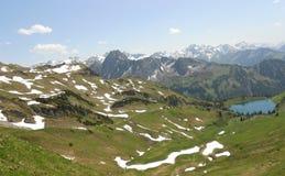 Opinión hermosa del lago y de la naturaleza de la montaña Fotos de archivo