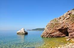Opinión hermosa del mar sobre un día de verano con las rocas en el primero plano fotografía de archivo