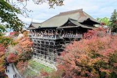 Opinión hermosa del otoño de la arquitectura de madera antigua en Kiyomizu Foto de archivo libre de regalías