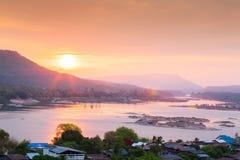 Opinión hermosa del paisaje de la frontera de Tailandés-Laos El río Mekong y f fotos de archivo