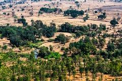 Opinión hermosa del paisaje de las montañas charca de las colinas o árboles y cielo muy pequeños del río del top en día soleado Foto de archivo