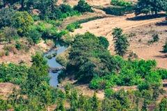 Opinión hermosa del paisaje de las montañas charca de las colinas o árboles y cielo muy pequeños del río del top en día soleado Fotos de archivo