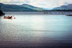Opinión hermosa del paisaje de Loch Lomond en Escocia durante Summe Imagen de archivo