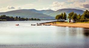 Opinión hermosa del paisaje de Loch Lomond en Escocia durante Summe Fotos de archivo