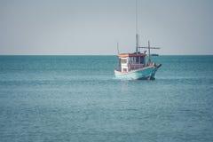 Opinión hermosa del paisaje marino del barco de pesca que flota en el mar imagenes de archivo