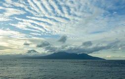 Opinión hermosa del paisaje del panorama de la costa costa del volcán de Agung del soporte en la isla tropical de Bali de Indones fotos de archivo