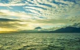 Opinión hermosa del paisaje del panorama de la costa costa del volcán de Agung del soporte en la isla tropical de Bali de Indones foto de archivo