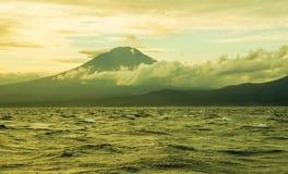 Opinión hermosa del paisaje del panorama de la costa costa del volcán de Agung del soporte en la isla tropical de Bali de Indones imagen de archivo