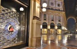 Opinión hermosa del primer a la ventana del boutique de la moda de Louis Vitton en la galería de Vittorio Emanuele II imagen de archivo