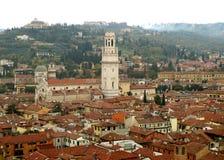 Opinión hermosa del tejado Verona Old Town con el campanario de la iglesia del Duomo Fotos de archivo