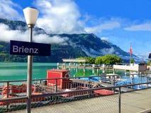 Opinión hermosa del verano del pueblo y del puerto de Brienz en la orilla septentrional del lago colorido idílico Brienz, Brienze imagenes de archivo