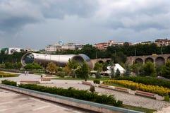 Opinión hermosa panorámica del verano de Rike Park y del palacio presidencial tbilisi georgia Imágenes de archivo libres de regalías