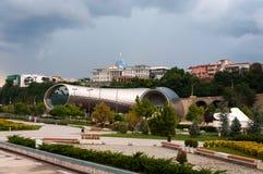 Opinión hermosa panorámica del verano de Rike Park y del palacio presidencial tbilisi georgia Imagen de archivo libre de regalías