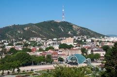Opinión hermosa panorámica del verano de Tbilisi vieja, Georgia Funicular, torre de la TV, puente de la paz Imagenes de archivo
