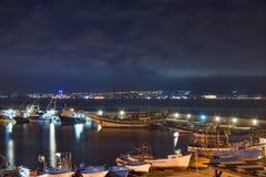 Opinión hermosa y barcos de la noche en el puerto de Nessebar imagen de archivo