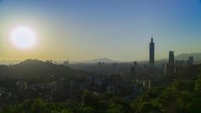 Opinión hermosa y nublada de la puesta del sol del horizonte de la ciudad de Taipei almacen de metraje de vídeo