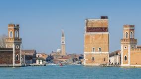 Opinión histórica del astillero de Venecia, de Arsenale, de la puerta y del canal imagenes de archivo