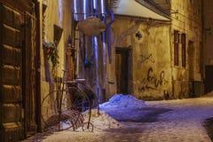 Opinión hivernal de la calle de la noche, Brasov, Rumania Imagenes de archivo
