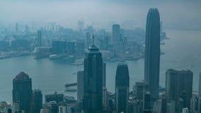 Opinión Hong Kong del pico de Victoria en un timelapse de niebla de la mañana metrajes