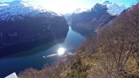 Opinión horizontal de la cacerola del fiordo del geiranger en Noruega del plattform almacen de video