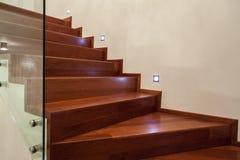 escaleras de la casa del travertino en cierre para arriba imagen de archivo libre de regalas