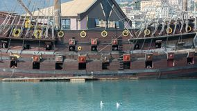 Opinión horizontal el lado de estribor de un pirata antiguo Galeo imagenes de archivo