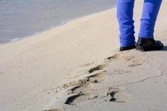 Opinión horizontal Person Walking en la arena que hace huellas encendido fotografía de archivo libre de regalías