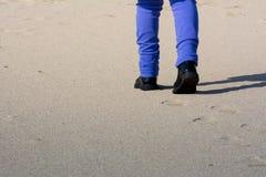 Opinión horizontal Person Walking en la arena que hace huellas encendido imagen de archivo libre de regalías