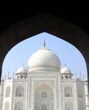 Opinión icónica Taj Mahal Imágenes de archivo libres de regalías
