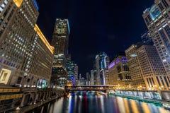 Opinión iluminada de Chicago en el centro de la ciudad por el río imágenes de archivo libres de regalías