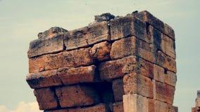 Opinión inclinable del IP de una ruina griega en Hieraplois almacen de metraje de vídeo