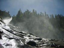 Opinión inferior de la cascada de la montaña Foto de archivo