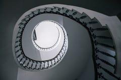 Opinión inferior de la escalera espiral Imagen de archivo libre de regalías