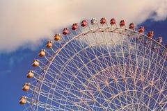 Opinión inferior de la rueda gigante contra el cielo azul foto de archivo libre de regalías