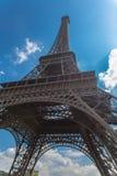 Opinión inferior de la torre de Eifel con el cielo de la nube en fondo en primavera Imagenes de archivo