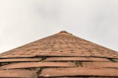 Opinión inferior de la torre del ladrillo imagenes de archivo