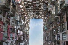 Opinión inferior del área céntrica de la residencia de la ciudad de Hong Kong contra el cielo azul Fotos de archivo