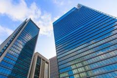 Opinión inferior del edificio de oficinas de Tokio en distrito financiero con el azul Imagen de archivo