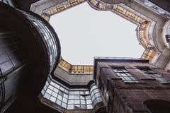 Opinión inferior sobre el edificio histórico viejo en la ciudad de Budapest, Hungría foto de archivo