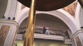 Opinión inferior sobre los recienes casados que se colocan en el balcón almacen de video