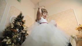 Opinión inferior una niña en vestido del día de fiesta con la ramita mágica enorme en sus manos almacen de metraje de vídeo