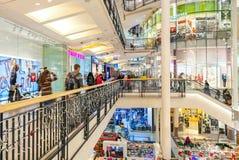 Opinión interior de la alameda de compras de Palladium en Praga, República Checa Imagenes de archivo