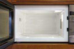 Opinión interior interior de los dispositivos eléctricos caseros de la cocina del horno de microondas abierto, vacío, limpio Foto de archivo