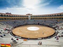 Opinión interior de Plaza de Toros de Las Ventas con gatheri de los turistas Imágenes de archivo libres de regalías