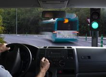 Opinión interior del coche de un semáforo verde Fotografía de archivo libre de regalías