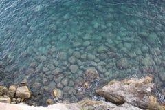 Opinión Italia de agua de mar de la costa de Amalfi Fotos de archivo