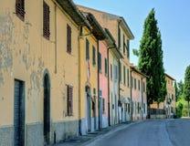 Opinión italiana de la pequeña ciudad con un árbol de ciprés Foto de archivo libre de regalías