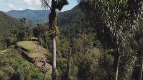 Opinión izquierda del abejón de la toma panorámica de la ciudad perdida en Santa Marta Colombia almacen de metraje de vídeo