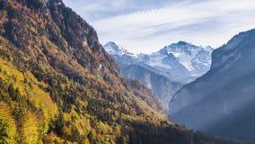 Opinión 4k aéreo de Autumn Colors Swiss Mountain Valley almacen de metraje de vídeo