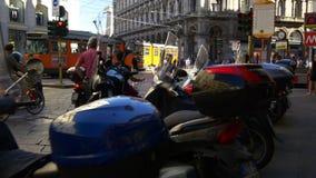 Opinión 4k Italia de la calle del tráfico de la tranvía del estacionamiento de la vespa de la ciudad de Milano del día de verano metrajes